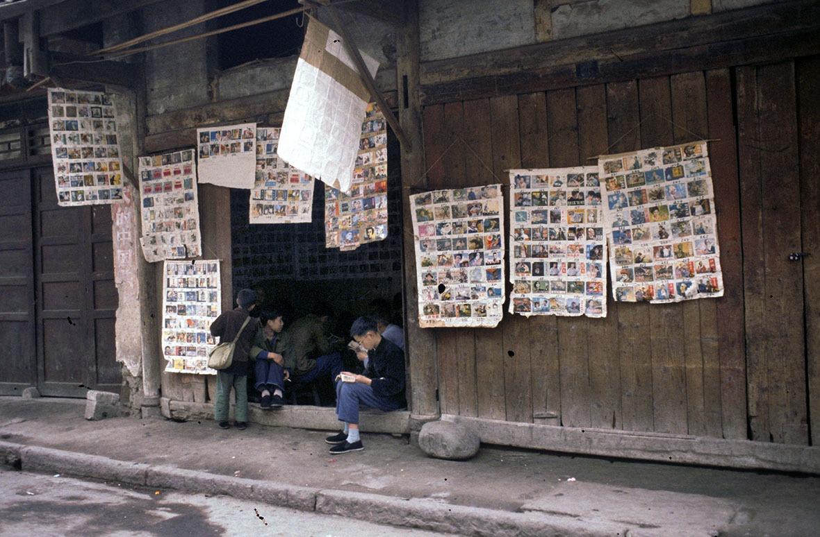 1980年四川成都市的小人書攤,前來看書的孩子仍穿著文革時單調的藍綠灰服飾。