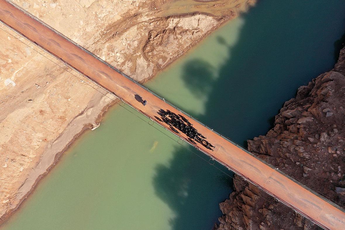 改革開放後,政府在中國西部的怒江、瀾滄江、獨龍江、金沙江等險要地段,立起過百道安穩便捷的石屎橋墎,全面取代步步驚心的高空溜索。