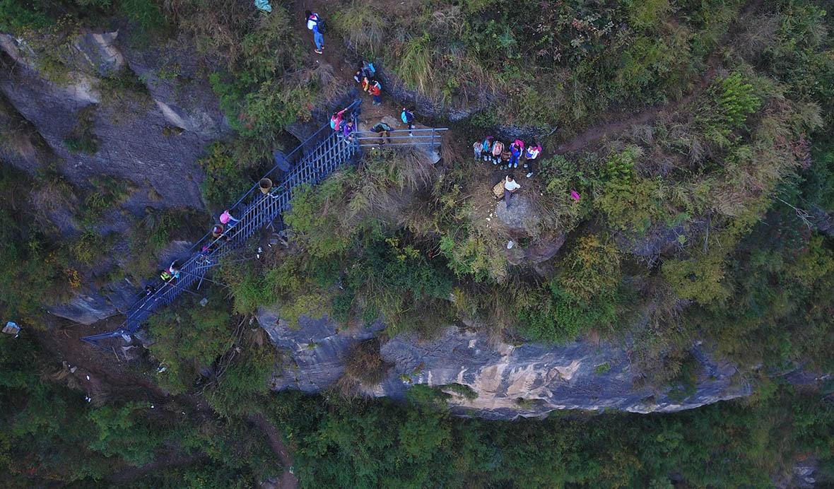 2,556級鋼梯,由6,000根鋼管建成,足足重120噸,全由村民一手一腳運送、搭建。