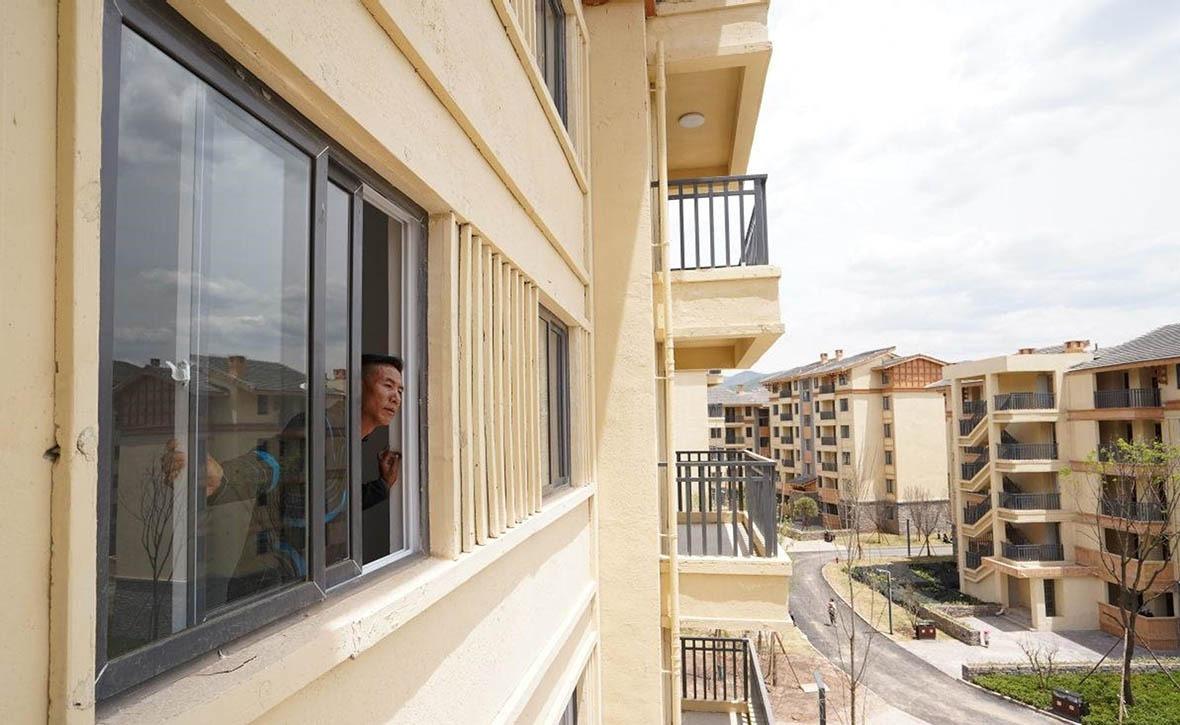 村民在政府安排下,遷進面積介乎270呎至1080呎的安置樓房,正式告別爬梯生活。
