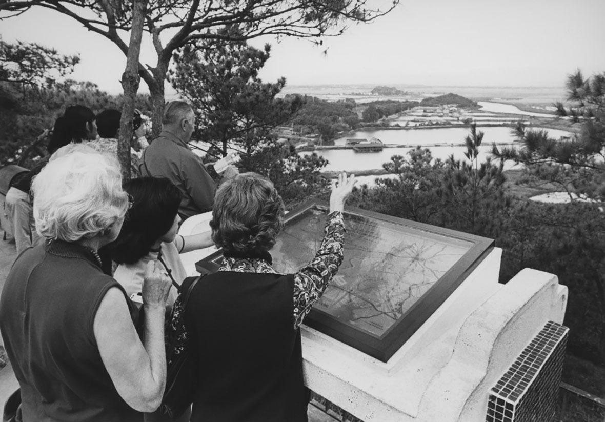 落馬洲瞭望台放置了一個地圖介紹板,協助遊客辨認中港邊境的位置。圖片攝於1973年。