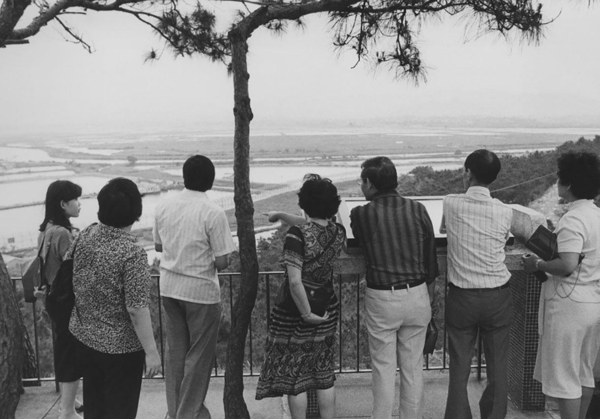 1981年,遊客向北眺望內地的平原和深圳河景致。