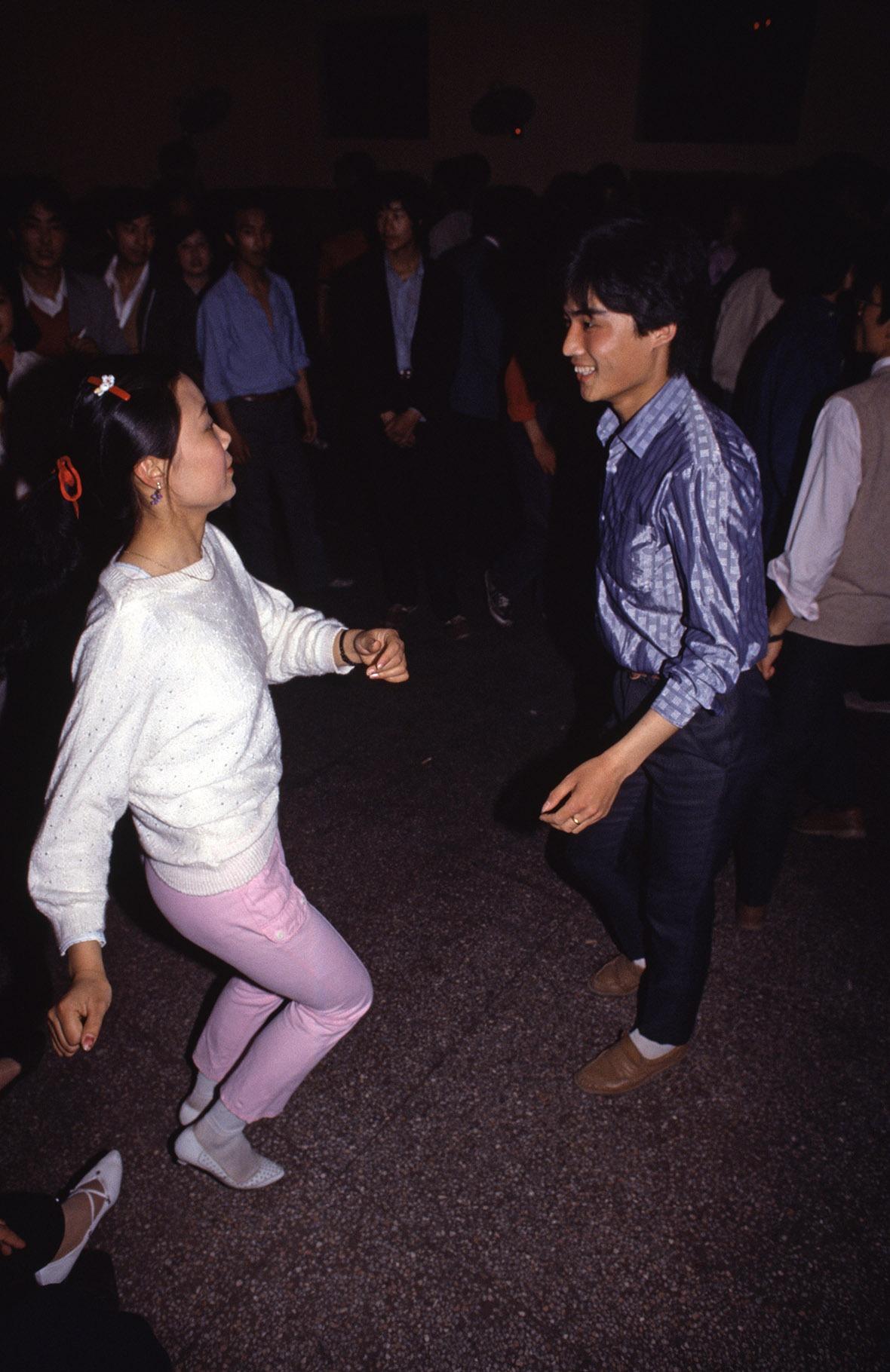 1987年蘇州,兩名年輕人在夜店愉快起舞。
