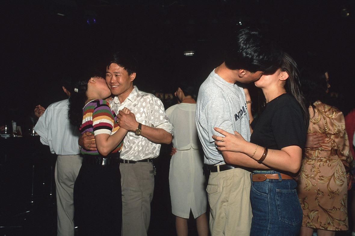 踏入90年代,在公開場合擁抱親吻不再是禁忌。圖為92年上海的士高一景。