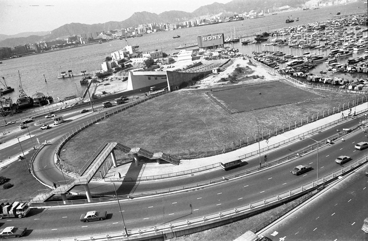 1977年由銅鑼灣望向紅隧港島出口。