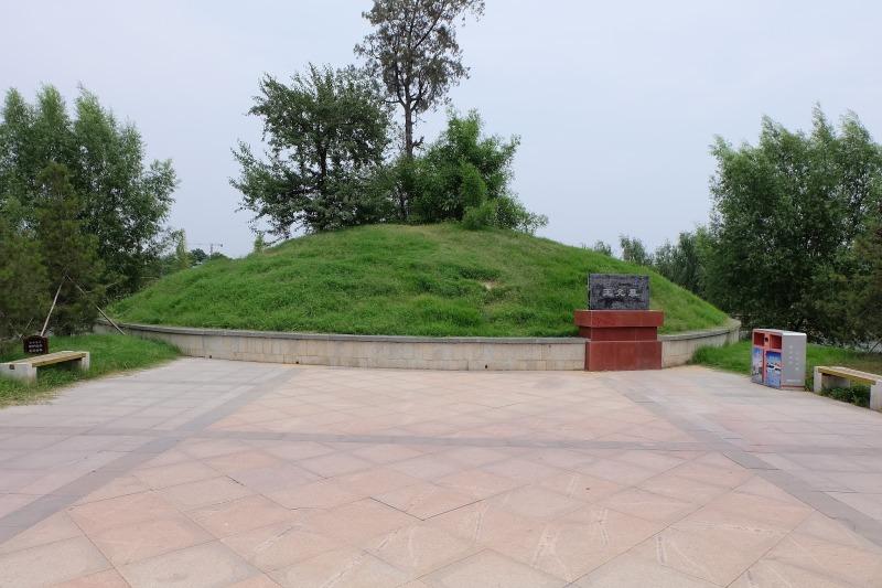 相中偏右的位置就是王允墓的碑石。