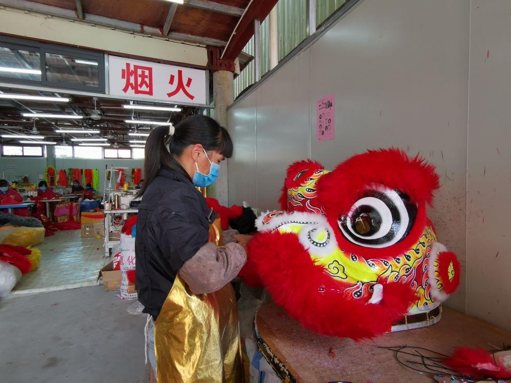 當代中國-中國文化-彩扎醒獅脫貧