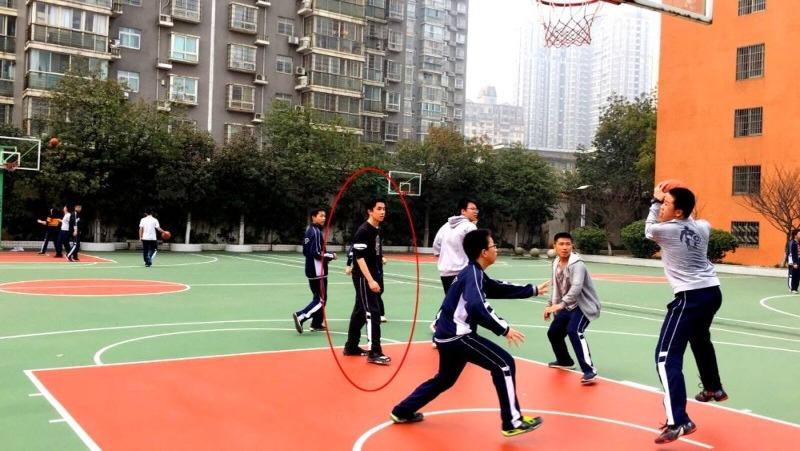 當代中國-中國新聞-一個人籃球隊01