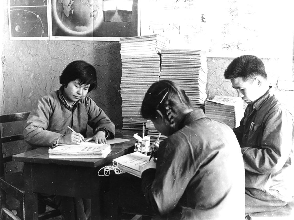 樊錦詩曾在訪問談及1962年北大歷史系的實習前,她把敦煌之行想得非常美妙。等到下車時,就傻眼了:這裏完全不是她想象的樣子,當地生活條件的艱苦程度是難以想象的。