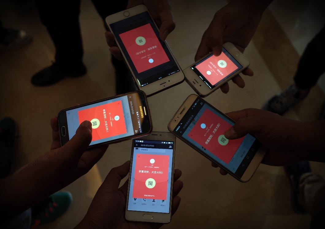 馬雲曾形容微信2014年的搶活包活動有如「珍珠港偷襲」事件,翌年各大支付平台紛紛仿傚活動分一杯羮。據說2015年微信透過搶紅包推廣,成功吸納約4,000萬名用戶綁定銀行卡。無論如何,此舉都加速國內手機支付發展。(圖片來源:人民視覺)