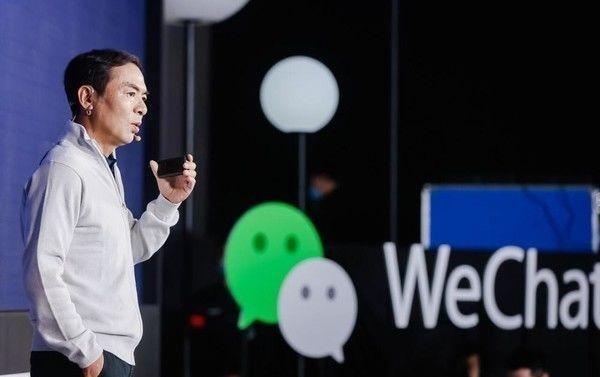 張小龍前天(1月19日)在廣州舉行的「微信公開課」上,提到微信的口號「微信是一个生活方式」。他說:「當時覺得(口號)挺虛的,只是為了給自己一些想像的空間,但是沒有想到的是,十年之後真的變成了某一種意義上的生活方式。」(網上圖片)