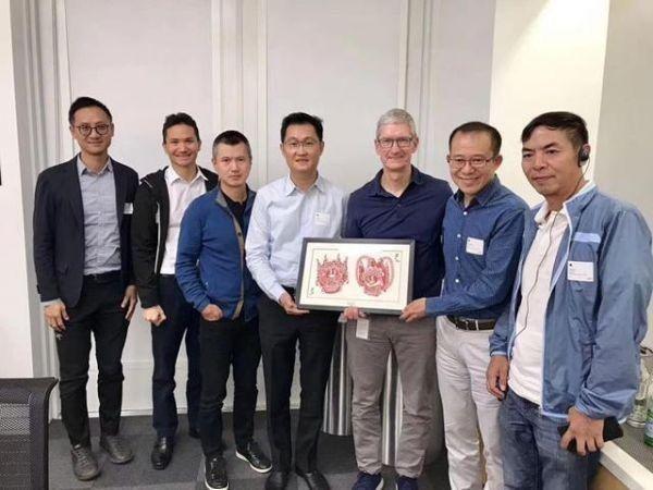 張小龍視蘋果創辦人喬布斯為偶像。圖為2017年9月馬化騰(中)帶着張小龍(右一)等高管到蘋果總部參觀的情況,他們並向CEO庫克(右三)送上中國剪紙工藝作見面禮。(網上圖片)