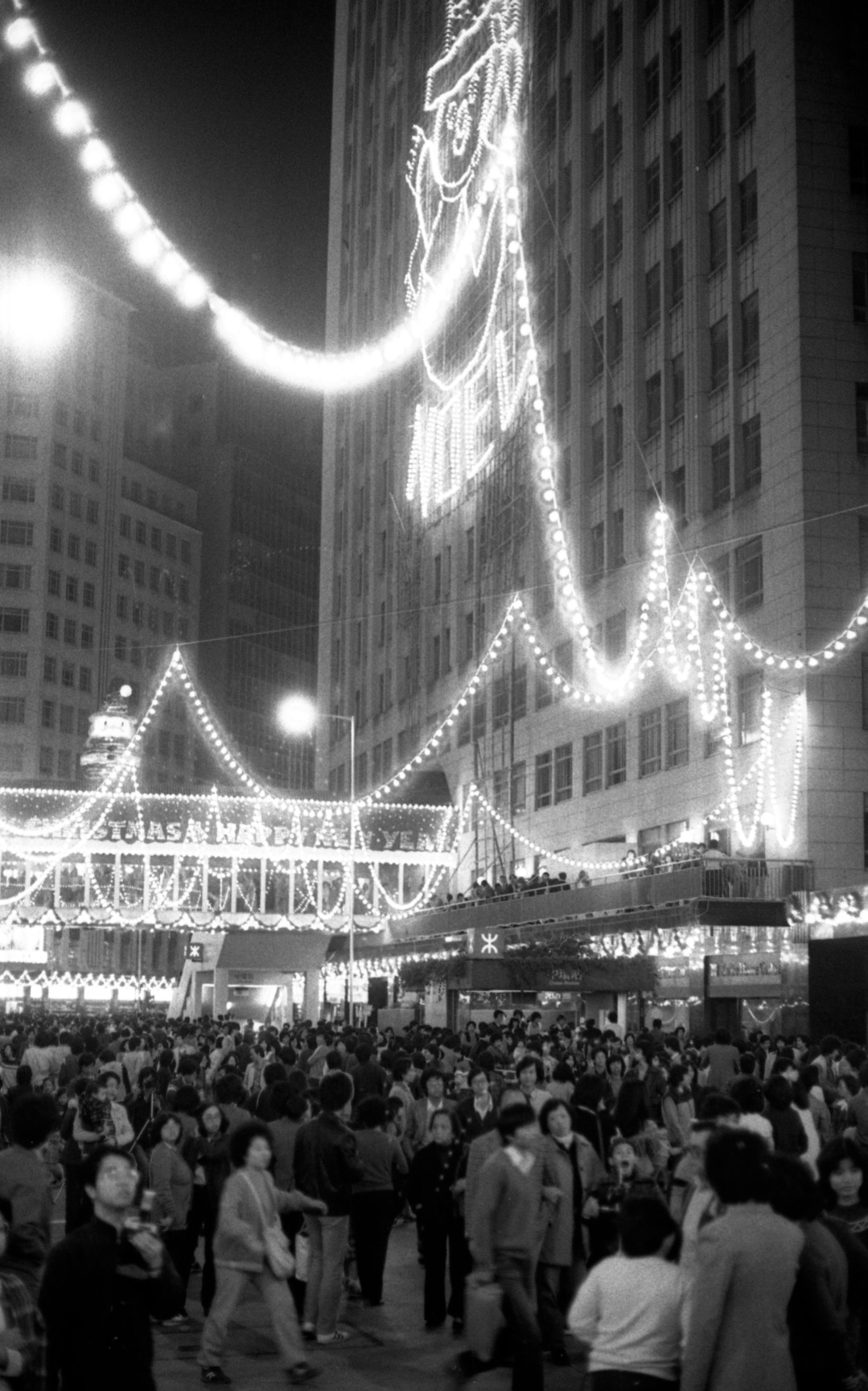 1981年聖誕節當日,中環遮打道文華東方酒店與太子大廈之間一帶,掛上一串串的聖誕燈飾,很多人情侶、一家大細趁佳節出來感受聖誕氣氛。(圖片來源:Getty)