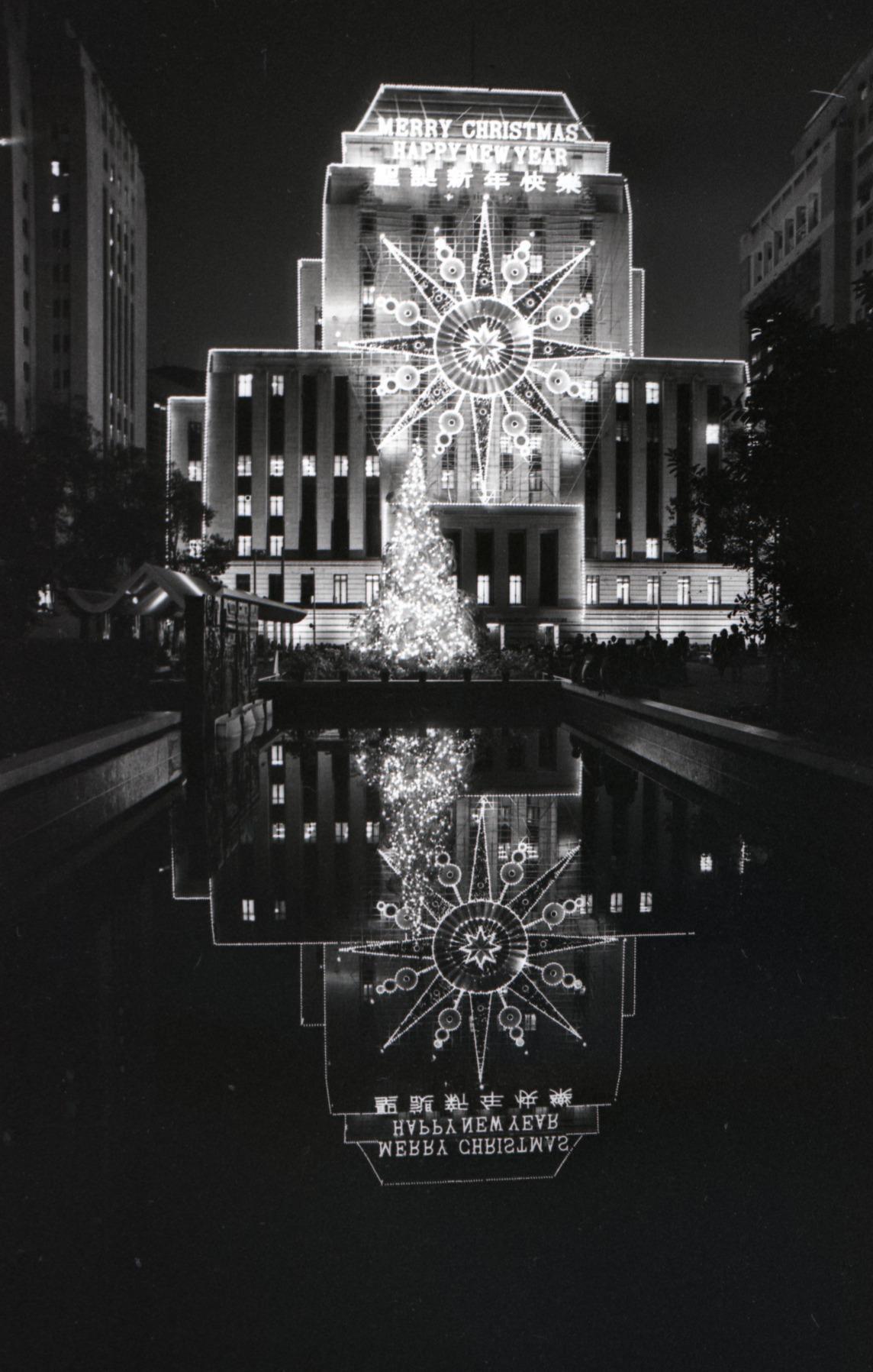 1977年滙豐銀行在部總大樓的聖誕燈飾,被美聯社拍下並發佈到全球。(圖片來源:Getty)