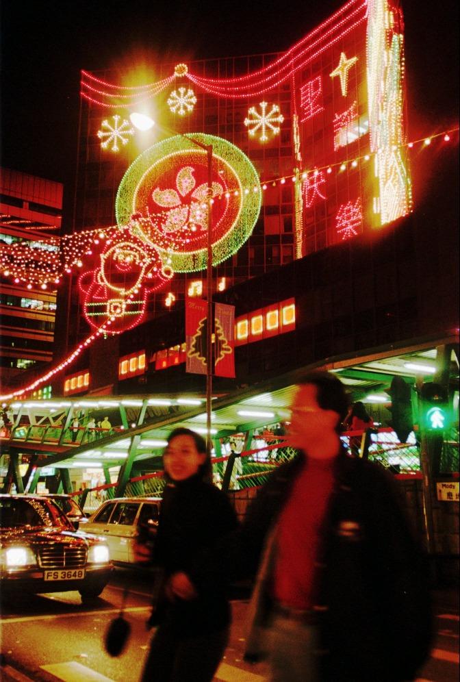 時值回歸,燈飾亦以代表特區的紫荊花作設計藍本。圖片攝於1996年。(圖片來源:AP)