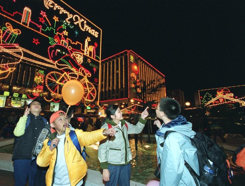 由80年代至今,到尖沙咀看聖誕燈飾是不少人的集體回憶。圖片攝於2000年。(圖片來源:Getty)