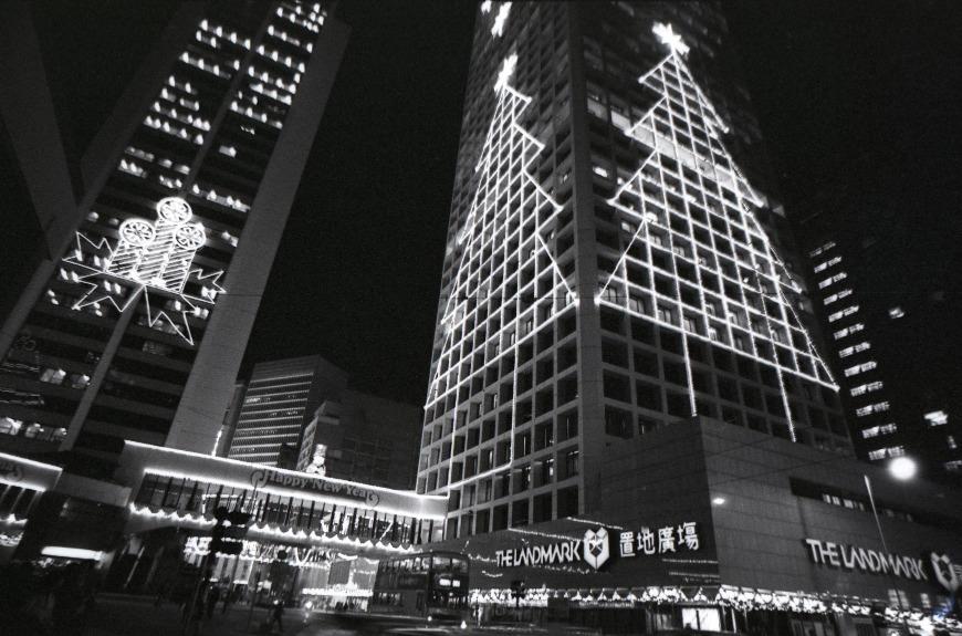1965年置地公司在中環遮打道張燈結綵慶祝聖誕,成為香港先例。圖片攝於1980年。當時的燈飾設計線條簡單。(圖片來源:Getty)
