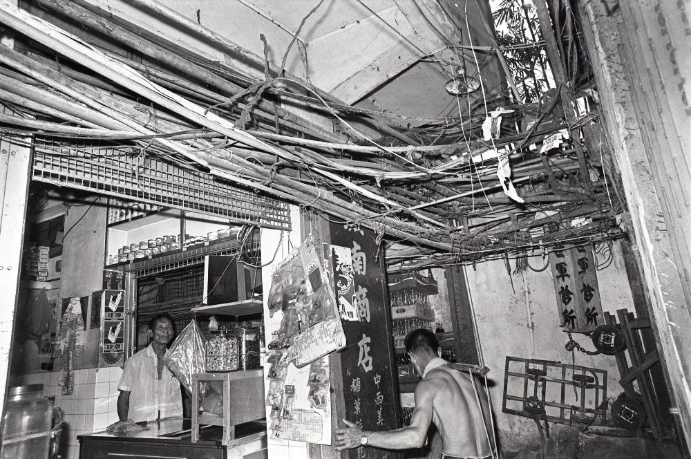 非法搭建的水管和電線在九龍城寨隨處可見。(圖片來源:Getty)