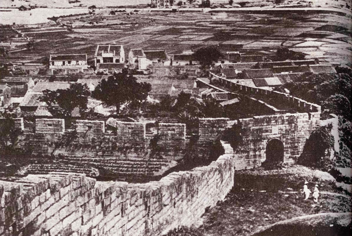 清末時期從白鶴山南望九龍城寨的情況。九龍寨是香港早期的兩個海防關城之一,早有清兵駐紮。(網上圖片)