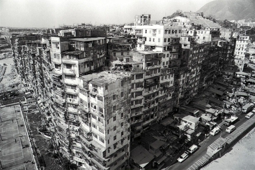 圖片攝於1987年今日(1月14日),政府宣布清拆九龍城寨,約4萬名登記居民突如其來獲悉家園清拆在即,感到徬徨。(圖片來源:Getty)