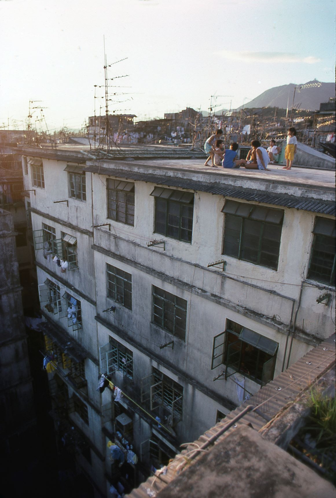 九龍城寨天台是兒童的嬉戲場所,但意外亦時有耳聞。(圖片來源:Getty)