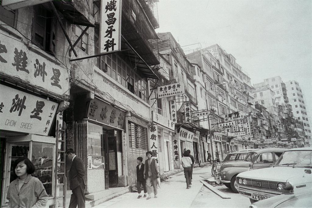 圖片攝於1972年九龍城,這一帶聚集了很多牙科和醫務診所。(圖片來源:Getty)