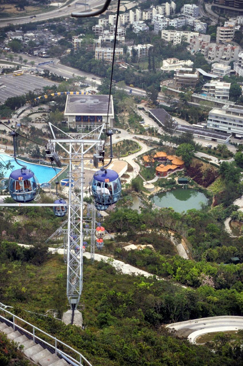 全長1.5公里的海洋公園登山纜車由意大利製造,當時是全球載客量最大的吊索纜車系統,每小時可接載5,000人上落。圖片攝於1984年,山下景觀變化很大。(圖片來源:Getty)