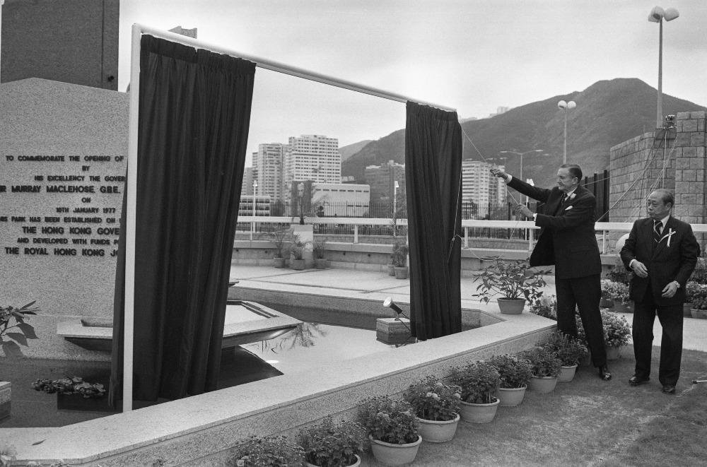 1977年1月10日海洋公園正式開幕,由港督麥理浩(右二)擔任揭幕嘉賓,他並有親身試坐纜車。(圖片來源:Getty)