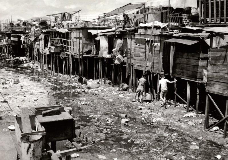 筲箕灣的陸上及海邊木屋區,無水、無電,衞生環境差。圖片攝於1960年。(圖片來源:渠務處)