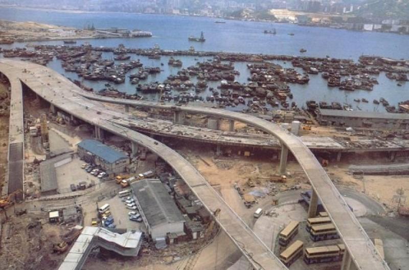 1985年,筲箕灣愛秩序灣填海工程展開,在海邊寮屋區建起東區走廊及巴士站。(網上圖片)