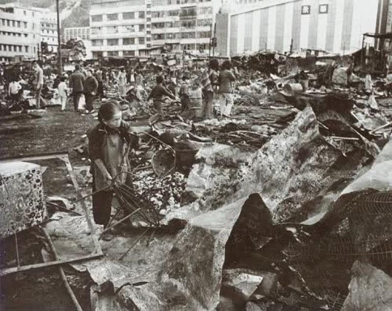 1976年的筲箕灣大火,把愛秩序灣竂屋及艇屋居民家園付諸一炬。居民災後回家檢視還有甚麼剩下來。(網上圖片)