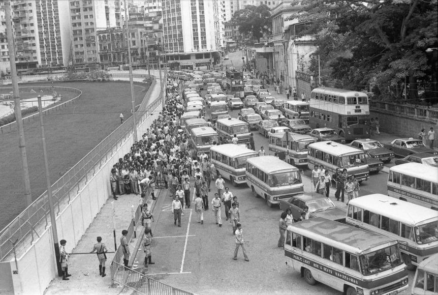 1977年在跑馬地看完賽馬的觀眾離開,馬路交通繁忙。1969年政府把小巴合法化,初時並沒規管車輛型號,市面上的小巴車款形形色色,有日本車,也有歐洲車。(圖片來源:Getty)