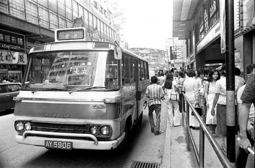 1977年接載乘客往返銅鑼灣大丸百貨及西環的十四座小巴。(圖片來源:Getty)