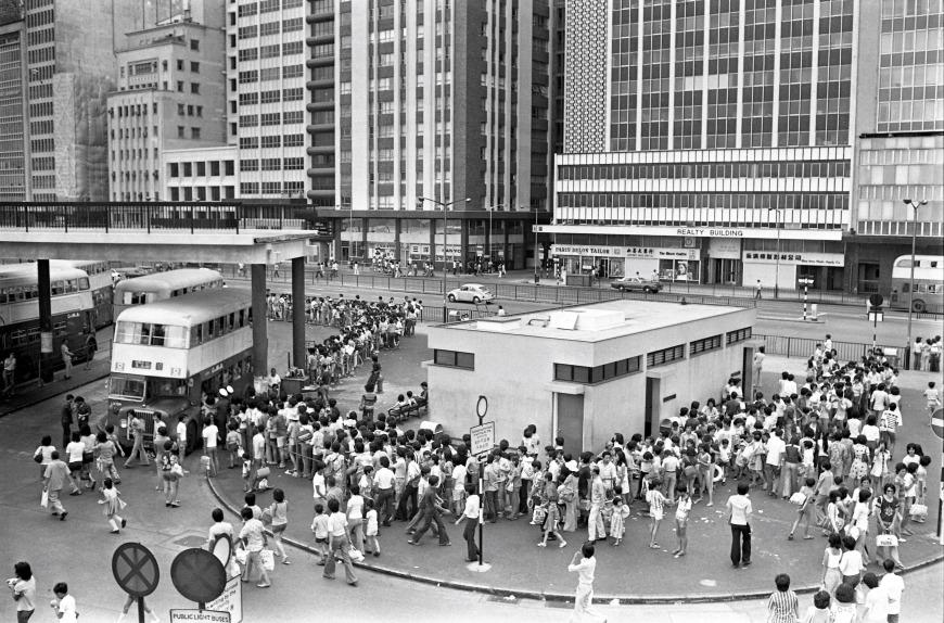 圖片攝於70年代,中環的巴士站大排長龍,市民對公共交通需求殷切。(圖片來源:Getty)