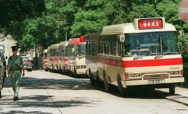 90年代,小巴車身的紅帶移師到車頂,變成紅頂,騰出車身賣廣告。(圖片來源:Getty)