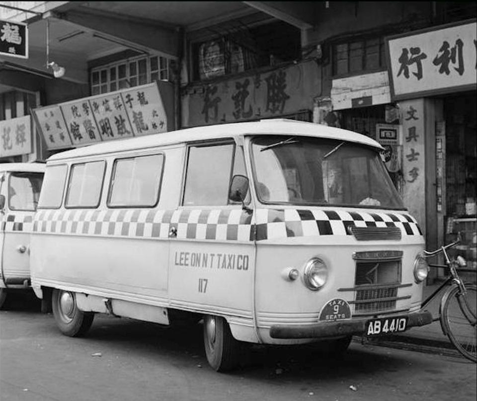 早期的小巴只有九座位,是非法白牌車,最初只能於新界行走,後來小巴合法化,政府允許小巴駛進市區。多年來政府發出的小巴牌數量維持在4,350個。(網上圖片)