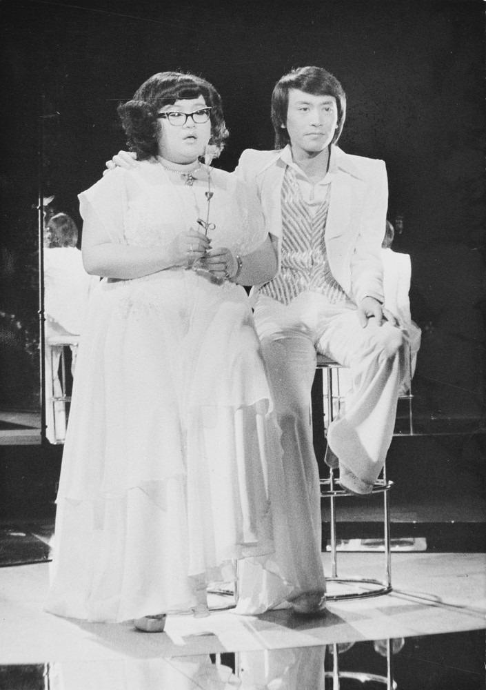 肥肥曾說過,羅文教會她歌唱技巧,並且要以最好、最佳姿態呈現給觀眾;雖然沈殿霞唱歌並不在行,但在肥姐的心目中,羅文的確是她一個非常好的排擋。(網上圖片)