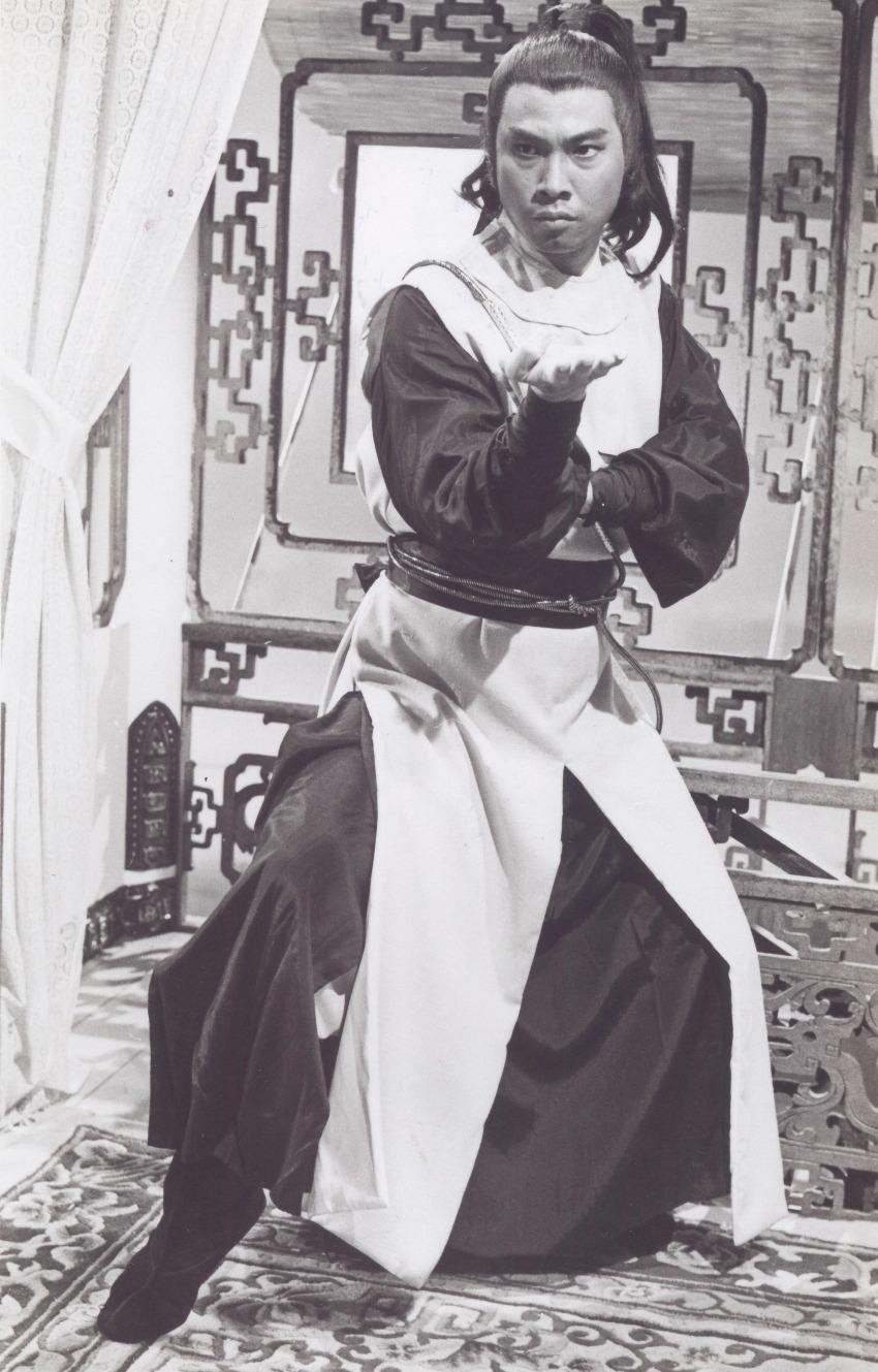 吳孟達在1979年電視劇《楚留香》中,飾演性情豪邁的胡鐵花,成功彈起。(網上圖片)