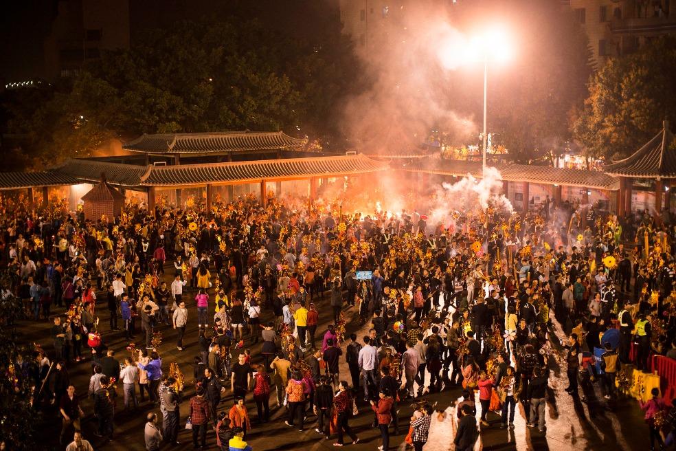 觀音借庫活動不止香港有,在廣東順德容桂白蓮公園的觀音開庫活動,是順德以至珠三角地區的熱門參拜地點。圖片攝於2015年,該年共吸引逾10萬人次前赴祈福。(圖片來源:人民視覺)