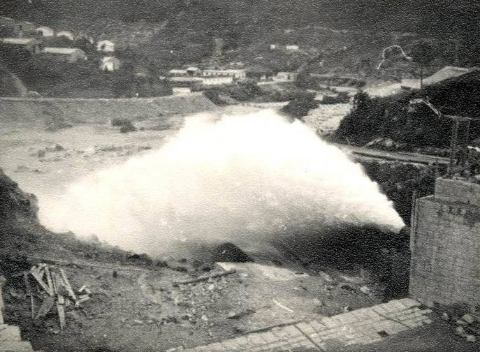 50年代的報章,把大欖涌水塘的工程形容為「最偉大之機械化工桯」。當年很多施工者住在山上的帳篷,有報章更以遠看像「軍隊營紮」描繪山上之景。(網上圖片)