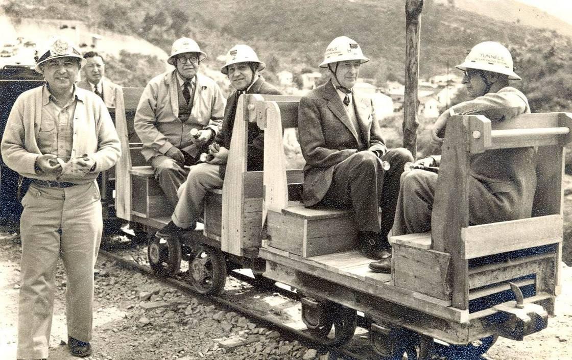 時任港督葛量洪(右二)亦曾到大欖涌水塘的工地視察。(網上圖片)