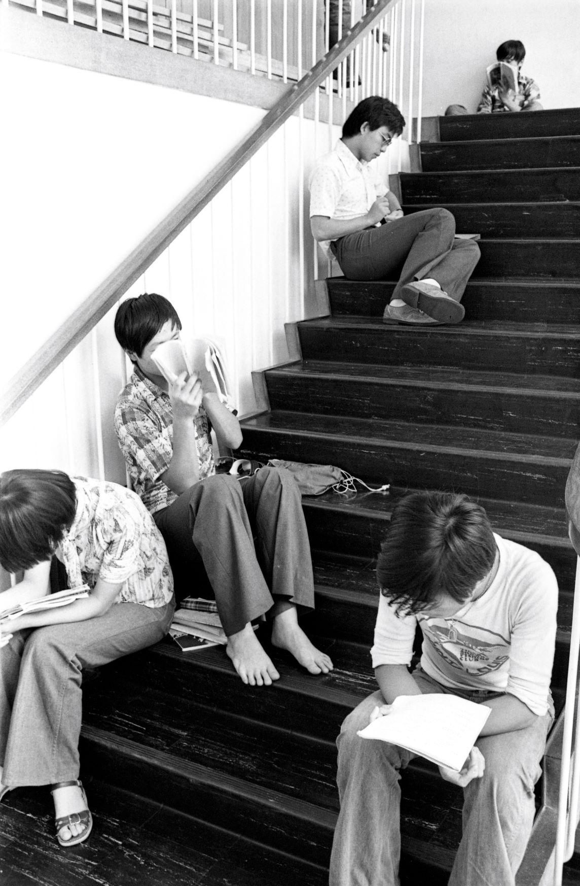 學生珍惜讀書機會,考好校內考試,考好會考,晉升大學,成為基層上流的一扇窗。1977年在大會堂梯間讀書的學生。(圖片來源:Getty)