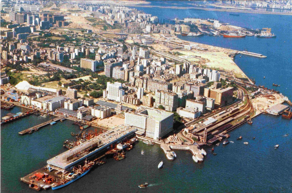 1970年代的尖沙咀海濱,海運大廈剛落城不久,而九廣鐵路總站仍未搬遷拆卸。(圖片來源:香港志)