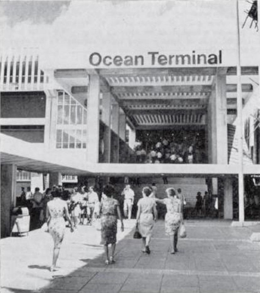海運大廈始建於1966年,當其時獲政府批出地契租約25年,其後兩度續租。2012年獲政府批准補地價79億元,續租海運大廈21年,每呎補8,567元地價,以其所帶動的龐大收益來看,補價金額被市場形容為「筍價」。(網上圖片)