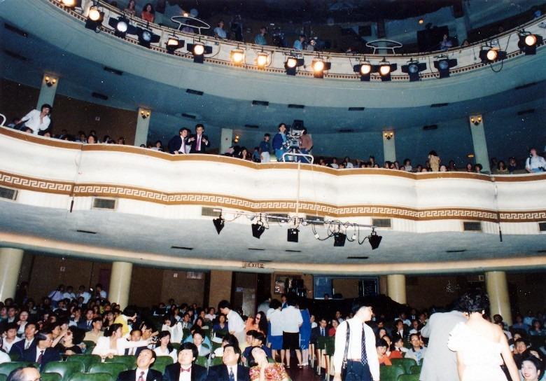 納數百至上千人不等,門票分前、中、後座,不同座位票價各異,豐儉由人。圖為昔日利舞台戲院舊照,最初主要做大戲,1939年才上映首部電影,後來亦成為演唱會場館。(網上圖片)