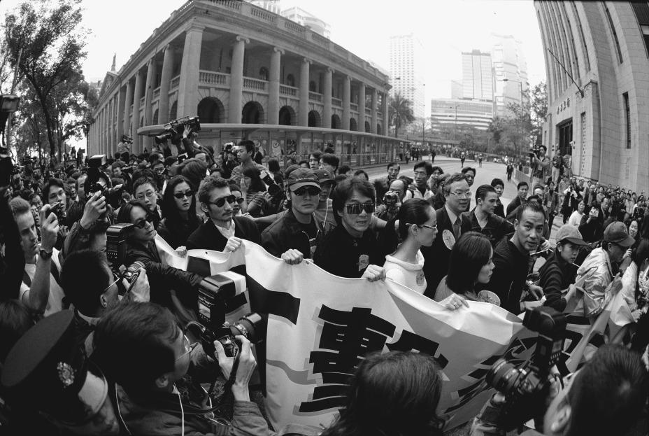 90年代盜版猖獗,香港電影業受到嚴重衝擊,票房收入大減。1999年香港演藝人協會發起「打擊盜版大遊行」,呼籲公眾專重知識產權。(圖片來源:Getty)