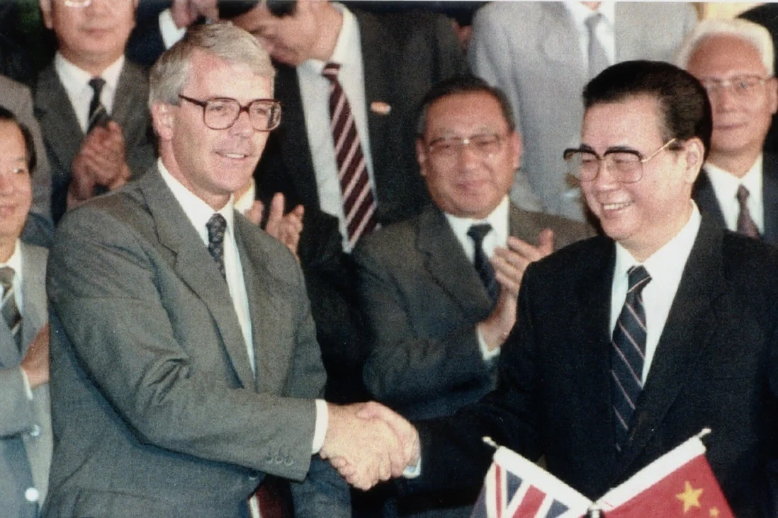 1991年9月,英國首相馬卓安(左)飛北京簽署《香港新機場建設諒解備忘錄》,是六四後首位西方國家領袖打破對中國外交上的「制約」。(網上圖片)