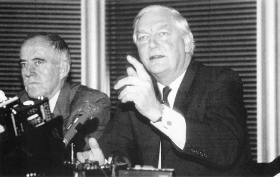 1990年滙豐銀行宣布重組,變相遷冊,1993年正式把總部遷往英國倫敦;同年金管局成立,滙豐銀行自英殖時代的「中央銀行」角色亦告一段落。(圖片來源:《香港英資財團》)