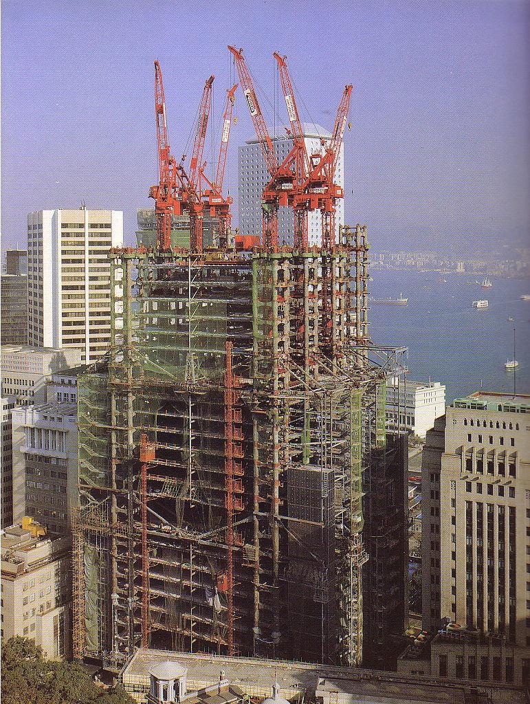 由Norman Foster設計的滙豐銀行大樓,以鋼框架結構取代傳統混凝土,藉以承載結構負荷,讓建築實現室內無柱,同時把升降機、樓梯及洗手間設置在東西兩端,讓辦公室享更佳更開揚的海景。(網上圖片)