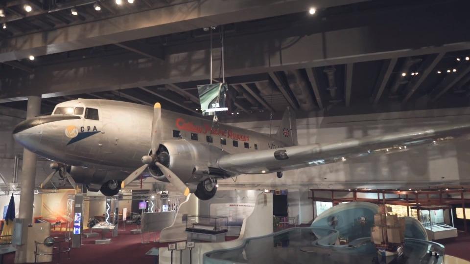 科學館二樓天花的「貝茜號」DC-3型客機,由國泰航空捐贈,是國泰在香港成立時的第一架飛機,在香港民航史意義重大。(圖片來源:科學館)